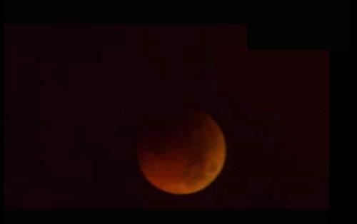 2011年6月16日 皆既月食で月が赤く